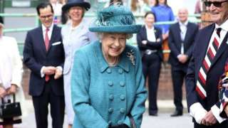 "Королева Елизавета II съемочной площадке сериала ""Улица Коронации"""