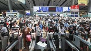 資料圖為6月22日,旅客在北京南站進站乘車。