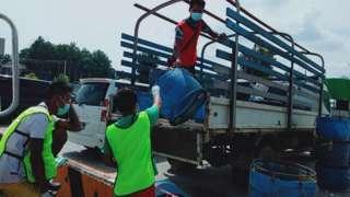 ထိုင်းကားသမားတွေ ပစ္စည်းတင်ပေးနေစဥ်