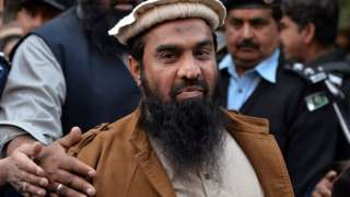Pakistani security personnel escort Zaki-ur-Rehman Lakhvi (C), alleged mastermind of the 2008 Mumbai attacks, leaves the court after a hearing in Islamabad on January 1, 2015.
