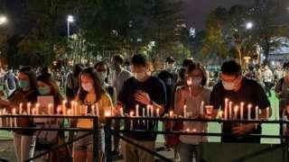 """在香港维多利亚公园点起蜡烛悼念北京""""六四""""事件死难者的群众(4/6/2020)"""