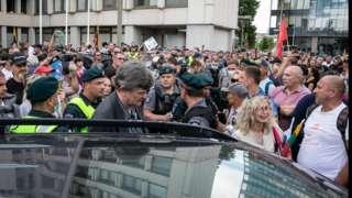 Протест против ковидных паспортов у парламента Литвы