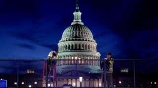 美國國會遭到衝擊後,工人在外圍築起了防護鐵絲網。