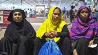 সৌদি আরব থেকে ফিরে আসা কয়েকজন নারী শ্রমিক