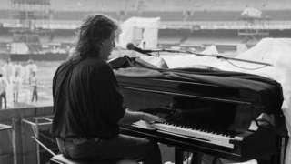 Paul McCartney toca piano em passagem de som no Maracanã, em foto preto e branca