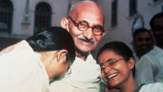 Gandhi n'abazukuru be Manu (ibumoso) na Abha (iburyo)