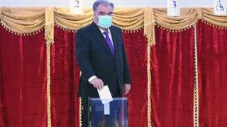 Эмомали Рахмон голосует на избирательном участке в Душанбе, 11 октября 2020 года