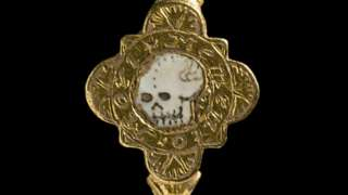 Gold ring with engraved skull