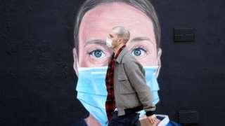 Homem andando de máscara
