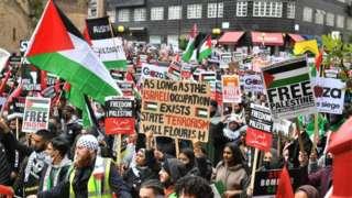 Londra'da bugün on binlerce kişi, İsrail'in Gazze'ye yönelik saldırılarını protesto etmek için yürüdü.