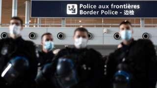 Fransa Charles de Gaulle Havalimanı'ndaki polisler
