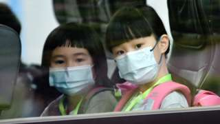 香港新界荃灣幾位女學童坐上校車(新華社圖片29/9/2020)