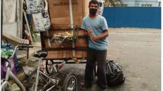 Wellington ao lado de seu atual triciclo, sem motor