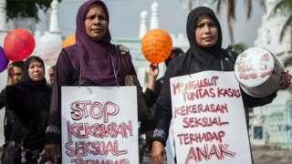 Sekelompok orang berdemonstrasi menolak kekerasan seksual terhadap anak.