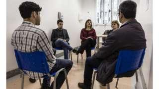 Parte da equipe responsável por atendimentos (de frente, na imagem) e pacientes do grupo de terapia do Hospital das Clinicas da USP Foto: Gui Christ