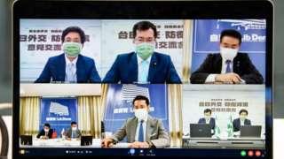 周五的視像會議中,自民黨在桌上並排放置台灣和日本旗,民進黨就放置了兩支黨旗。