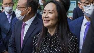 Мэн Ваньчжоу на выходе из освободившего ее Верховного суда канадской провинции Британская Колумбия