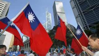中國國民黨支持者在香港中環舉起青天白日滿地紅旗遊行(資料圖片)