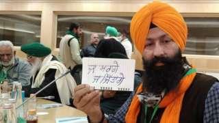બેઠક દરમિયાન કાગળ પર લખાણ - નથી માન્યા, નહીં માનશું, કાયદાઓ પાછા લો