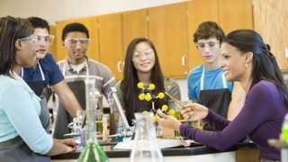 Học sinh Mỹ trong một lớp hóa học