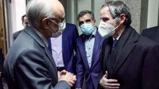 رئيس مؤسسة الطاقة الذرية الإيرانية علي أكبر صالحي ومدير عام الوكالة الدولية للطاقة الذرية رفائيل غروسي قبيل اجتماعهما في طهران.