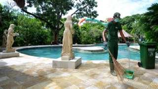 Pekerja pariwisata beraktivitas di destinasi wisata Waterbom Bali, Kuta, Badung, Bali, Kamis (25/02)