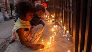 در هند، کودکان در ورودی «صومعه قلب مقدس» در دهلی شمع روشن کردند