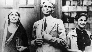 उजवीकडे उभी असलेली दीना वडील जीना आणि आत्या फातिमा यांच्यासोबत.