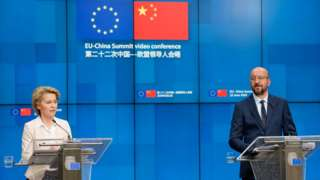 Chủ tịch Ủy ban Châu Âu Ursula von der Leyen (L) và Chủ tịch Hội đồng Châu Âu Charles Michel (phải) trả lời truyền thông sau Hội nghị thượng đỉnh EU-Trung Quốc 22/6/2020 tại Brussels, Bỉ