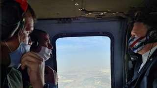 وزير الخارجية الإمريكي مايك بومبيو (على اليمين) في طائرة برفقة نظيره الإسرائيلي جابي أشكنازي ( الثاني من اليسار) لتفقد مرتفعات الجولان السورية التي تحتلها إسرائيل.