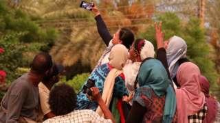سودانيون يحتفلون بتوقيع الاتفاق حتى الصباح