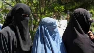 Perempuan Afghanistan yang bekerja untuk sementara tak boleh keluar rumah.
