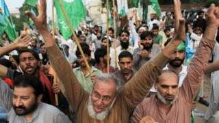 Hombres pakistaníes en Lahore cantan en una manifestación que expresa solidaridad con el pueblo de Cachemira.