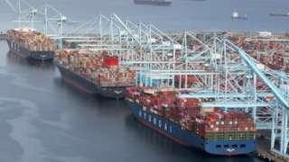 Tres buques llenos de contenedores esperan ser descargados en el puerto de Los Ángeles