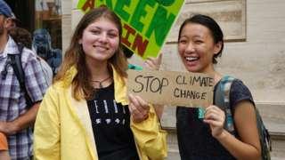 Các bạn trẻ ở Sài Gòn tham gia tuần hành vì môi trường