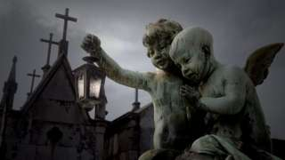 Фигурки ангелов на кладбище