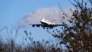 بوينغ 747 تابعة للخطوط الجوية البريطانية أثناء هبوطها في قاعدتها في مطار هيثرو في لندن