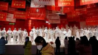 выставка о борьбе с пандемией в уханьском музее
