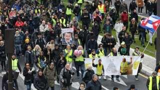 노란 조끼 시위 1주년을 기념하기 위해 수만 명이 파리에 모였다
