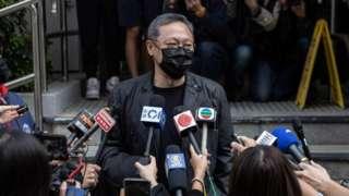लोकतंत्र समर्थक कार्यकर्ता बेनी ताई यू-तिंग ने मीडिया से कहा है कि वो हॉन्ग कॉन्ग पुलिस स्टेशन जाने वाले हैं.