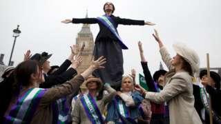2012年10月,伦敦的议会广场再现当年争取女性投票权的场景。资料图片