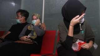 Учактагы жүргүнчүлөрдүн жакындары Жакарта аэропортуна чогулду