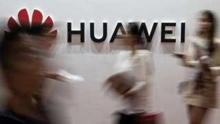 Logo da Huawei com pessoas na frente