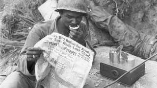 1952年朝鲜战争中,美军士兵在读《星条旗》报。