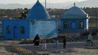 Abantu batambuka iruhande rw'umusigiti mu ntara ya Ghazni muri Afghanistan