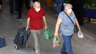 pazarda alışveriş yapan çift