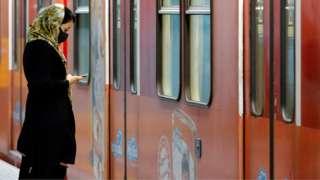 женщина в метро в Тегеране