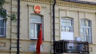 立陶宛維爾紐斯中國大使館外的中國國徽與國旗(23/7/2021)