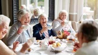Mujeres de la tercera edad tomando té.
