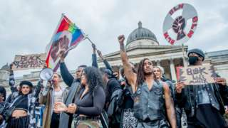 영국 런던 트라팔가 광장에서 흑인 인권운동 캠페인 '블랙 라이브스 매터'(Black Lives Matter·흑인의 생명도 중요하다)을 벌이고 있는 시민들.